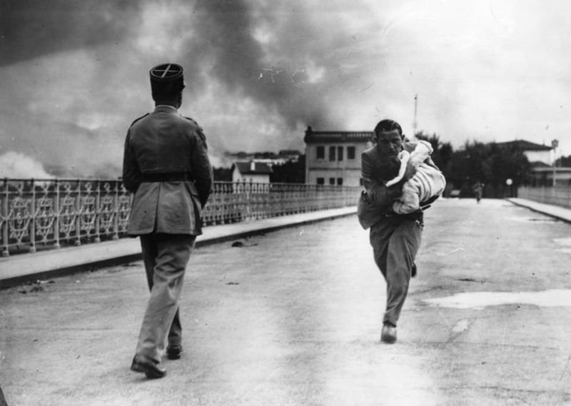19. A journalist runs across a bridge to rescue a baby during the Civil War in 1936.