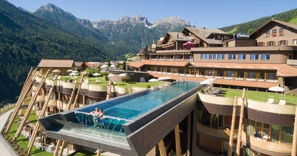 This infinity pool has a glass bottom hangs 40 ft above the ground so you can fly as you swim - Hotel con piscina montagna ...