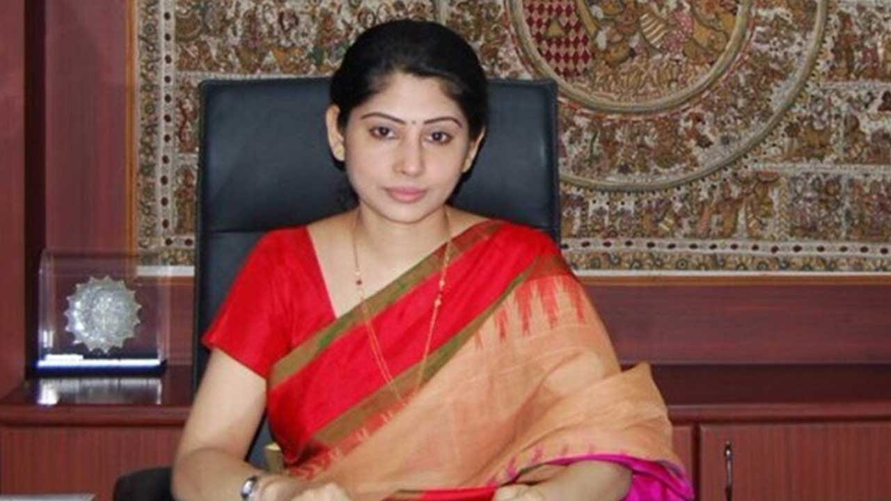 10 Dynamic Women IAS & IPS Officers Who Inspire Us With