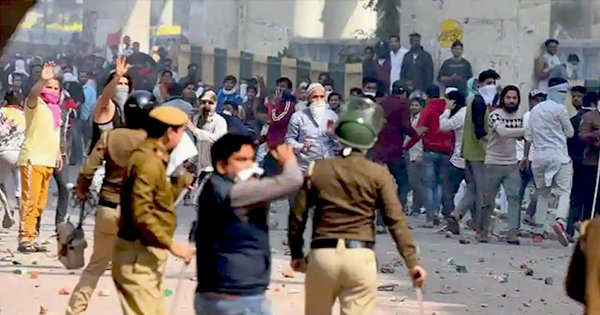 Anti and Pro CAA Clashes Turn Violent In North East Delhi, Paramilitary Forces Called In