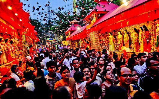 Durga Puja Bheer - Source ScoopWhoop